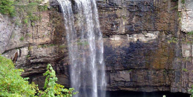 آبشار لولا در کوهستان چشم انداز